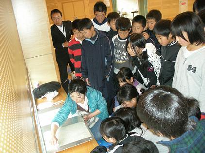 H22/12/15 阿蘇西小学校紙漉き|...